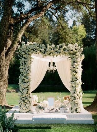 Cổng hoa lãng mạn cho ngày cưới