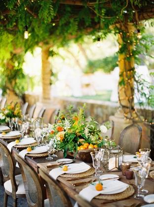 Trang trí bàn tiệc lãng mạn với cây xạnh