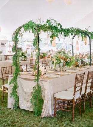 Bàn tiệc cưới lãng mạn với cây xanh