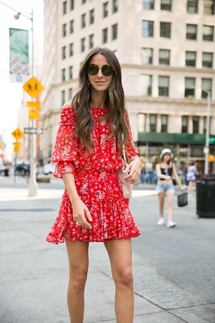 Nổi bật giữa phố với váy đỏ