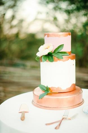 Bánh cưới 2 tầng với thiết kế sang trọng