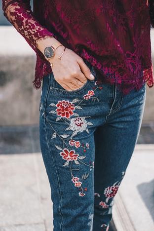 Quần jeans thêu theo xu hướng retro