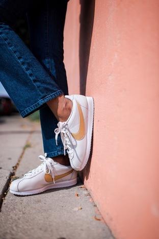 Năng động với sneaker trắng của Nike