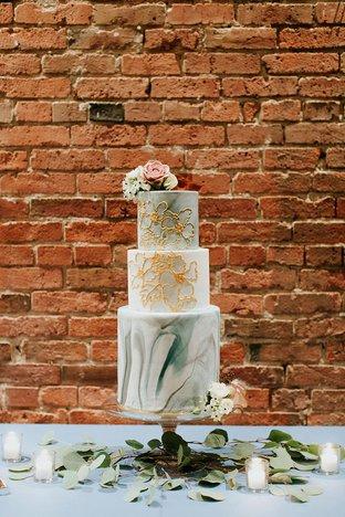 Bánh cưới nhiều tầng với decor lạ mắt