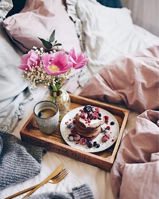 Bữa sáng lười biếng trên giường cho ngày cuối tuần