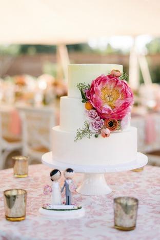Bánh cưới đơn giản với hoa tươi