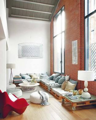 Phòng khách ấm cúng với bàn ghế thấp