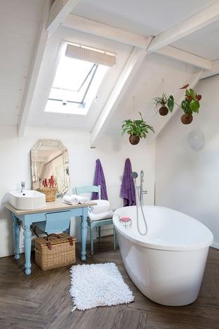 Phòng tắm lãng mạn với ô cửa sổ nhỏ