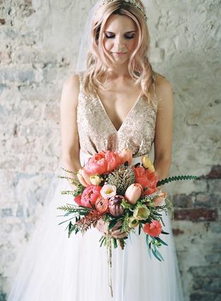 Hoa cưới cầm tay rực rỡ