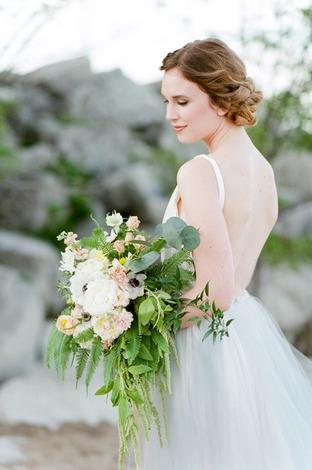 Váy cưới hở lưng cho cô dâu thêm quyến rũ