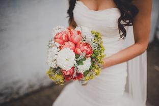 Hoa cưới rực rỡ cho cô dâu cầm tay