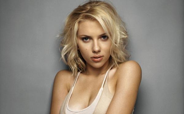 Diện quần áo lộng lẫy là thế nhưng Scarlett Johansson từng phải mang máy hút sữa tới lễ trao giải Oscar