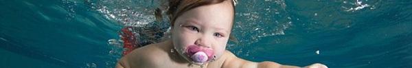 """""""Đứng tim"""" xem một khóa học bơi dành cho các bé từ 6 tháng tuổi ở Anh"""