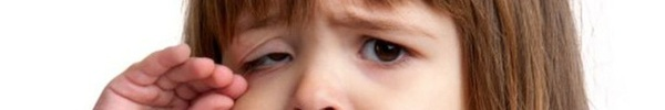 Bố mẹ nghĩ là bình thường nhưng 4 việc này có thể khiến con buồn bã khóc thầm trong đêm