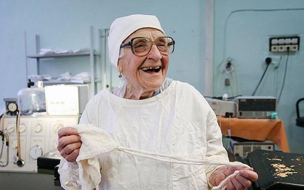 Bác sĩ phẫu thuật cao tuổi nhất thế giới, gần 90 vẫn thực hiện 4 ca mổ mỗi ngày
