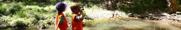 """Có một trường mẫu giáo """"lạ đời"""" ở Úc: Chương trình học toàn chơi, lội suối và trượt bùn..."""