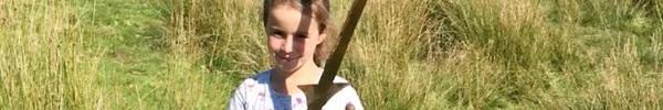 """Tưởng """"thanh sắt rỉ"""" dưới hồ nước, bé gái không ngờ mình nhặt được thanh gươm huyền thoại"""