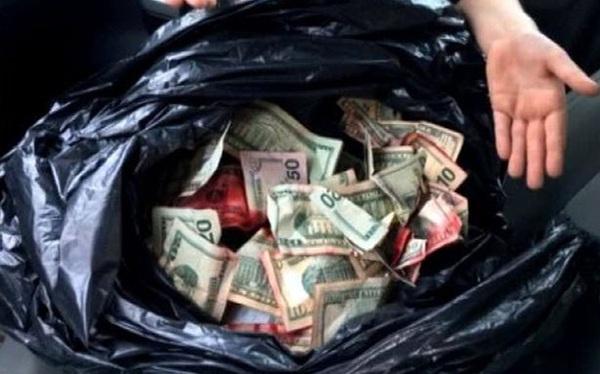 Tưởng túi rác bẩn, cậu bé không ngờ mình nhặt được số tiền khủng trong thùng rác
