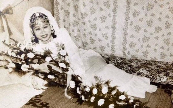 """Đêm tân hôn 6 người và sự cố """"nửa đời không quên được xấu hổ"""" của bố mẹ tôi hồi mới cưới"""