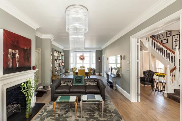 Trang trí phòng khách nhỏ và dài với sofa da TPHCM