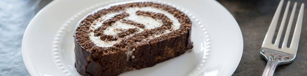 Bánh bông lan cuộn chocolate xốp mềm hấp dẫn