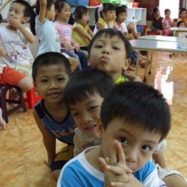 Bé 5 tuổi bị cô giáo phạt lột trần trước lớp