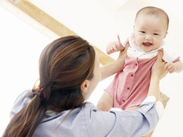 Điều trị vàng da sơ sinh cần cho bé bú đúng cữ