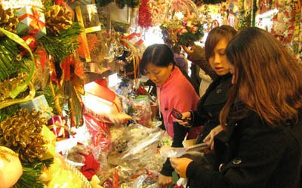 Chùm ảnh: Các mẹ nô nức sắm đồ trang trí Giáng sinh