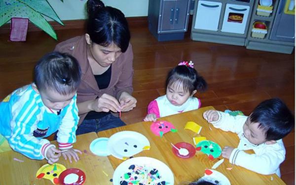 Chùm ảnh: Bé Su Kem cùng các bạn trang trí phòng học đón Giáng sinh