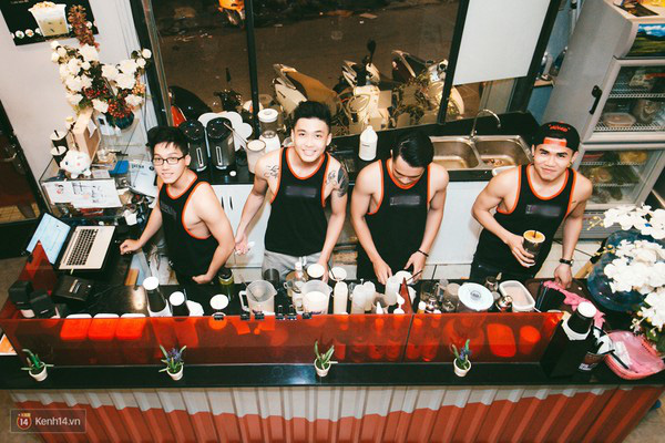 """5135c0 - Các cô gái tiếp tục """"sốt"""" với quán cà phê trai đẹp, body 6 múi ở Sài Gòn"""