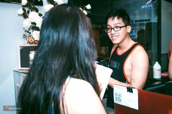 """6135c0 - Các cô gái tiếp tục """"sốt"""" với quán cà phê trai đẹp, body 6 múi ở Sài Gòn"""
