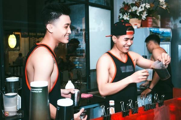 """7135c0 - Các cô gái tiếp tục """"sốt"""" với quán cà phê trai đẹp, body 6 múi ở Sài Gòn"""