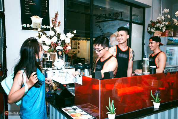 """8135c0 - Các cô gái tiếp tục """"sốt"""" với quán cà phê trai đẹp, body 6 múi ở Sài Gòn"""
