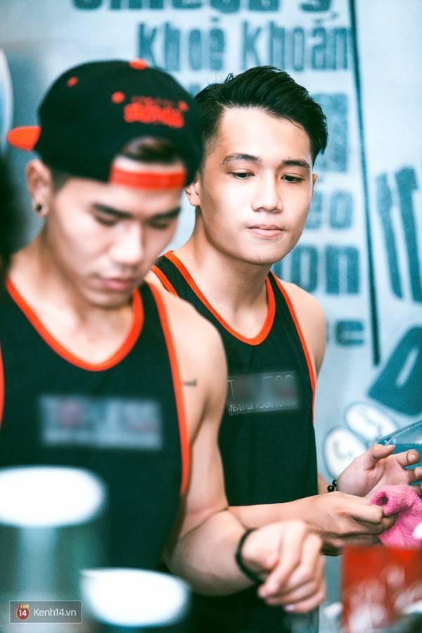 """9135c0 - Các cô gái tiếp tục """"sốt"""" với quán cà phê trai đẹp, body 6 múi ở Sài Gòn"""