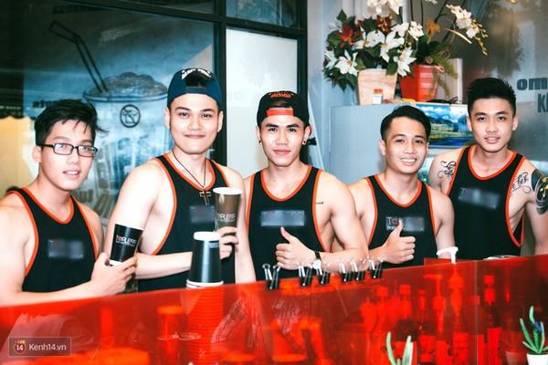 """IMG10404af7d - Các cô gái tiếp tục """"sốt"""" với quán cà phê trai đẹp, body 6 múi ở Sài Gòn"""