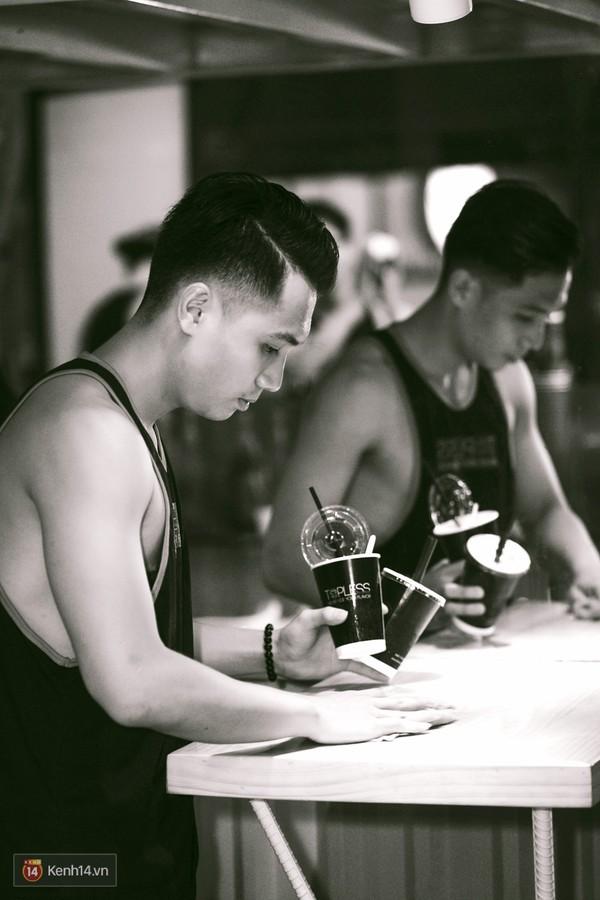 """IMG106819a00 - Các cô gái tiếp tục """"sốt"""" với quán cà phê trai đẹp, body 6 múi ở Sài Gòn"""