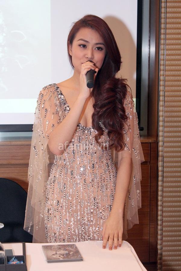Hoàng Thùy Linh gợi cảm với váy xẻ ngực sâu 3