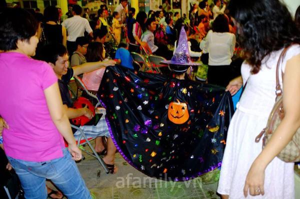 Phụ huynh háo hức đến trường chơi Halloween cùng con 13