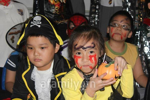 Phụ huynh háo hức đến trường chơi Halloween cùng con 19