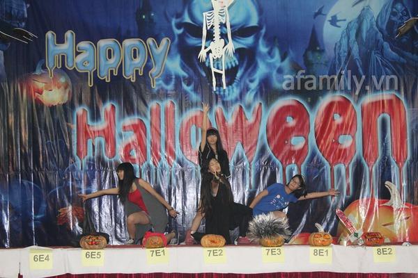 Phụ huynh háo hức đến trường chơi Halloween cùng con 26