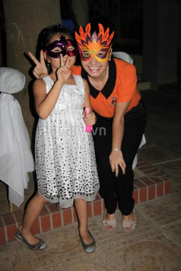 Phụ huynh háo hức đến trường chơi Halloween cùng con 11