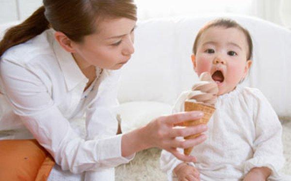 Bé 4 tuổi mới nên cho ăn kem, các mẹ nhé!