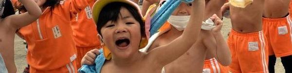 Dưới 5 độ C, trẻ em Nhật mặc quần đùi đi học để… được ốm