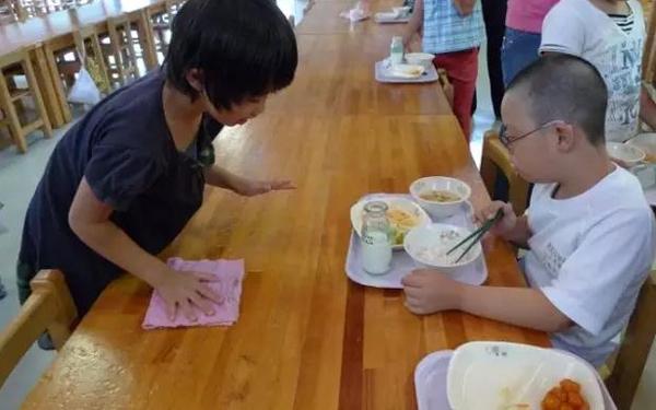 Cùng trẻ em Nhật ăn trưa mới thấm thía thế nào là thua ngay từ vạch xuất phát