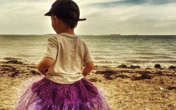Con trai 3 tuổi thích mặc váy và chia sẻ chạm tới hàng triệu trái tim của một người mẹ