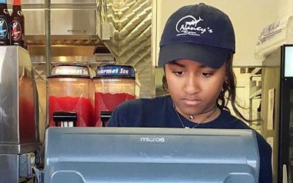 """Đồng ý cho con làm thêm ở nhà hàng - cách dạy con thành """"người bình thường nhất có thể"""" của tổng thống Obama"""