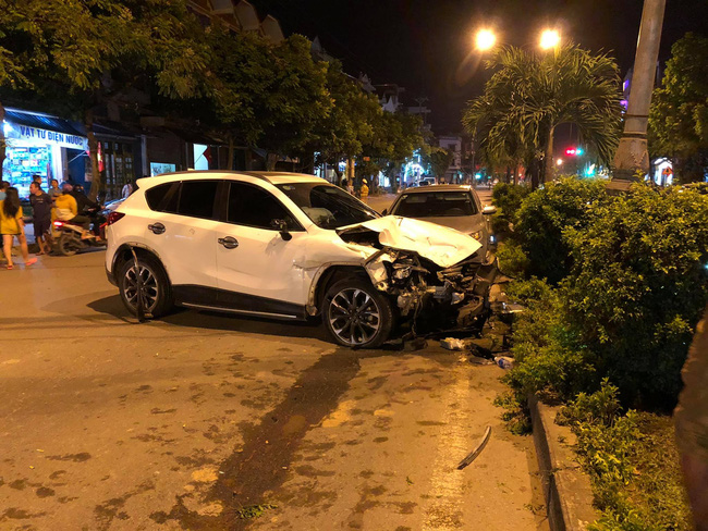 Hà Nội: Nam thanh niên lái xe Mazda gây tai nạn rồi bỏ chạy đâm nhiều phương tiện, 1 người tử vong - Ảnh 1.