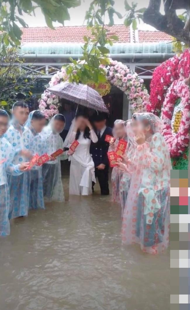 Vất vả tình cảnh đám cưới mùa lũ: Cô dâu vén váy đi giữa dòng nước ngập mênh mông, chú rể cõng vợ qua vùng nước ngập - Ảnh 6.