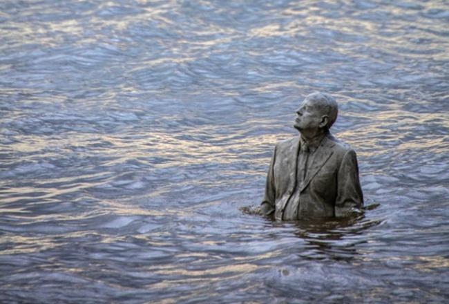 Bức tượng chỉ xuất hiện 2 lần trong ngày rồi lại biến mất - Ảnh 6.
