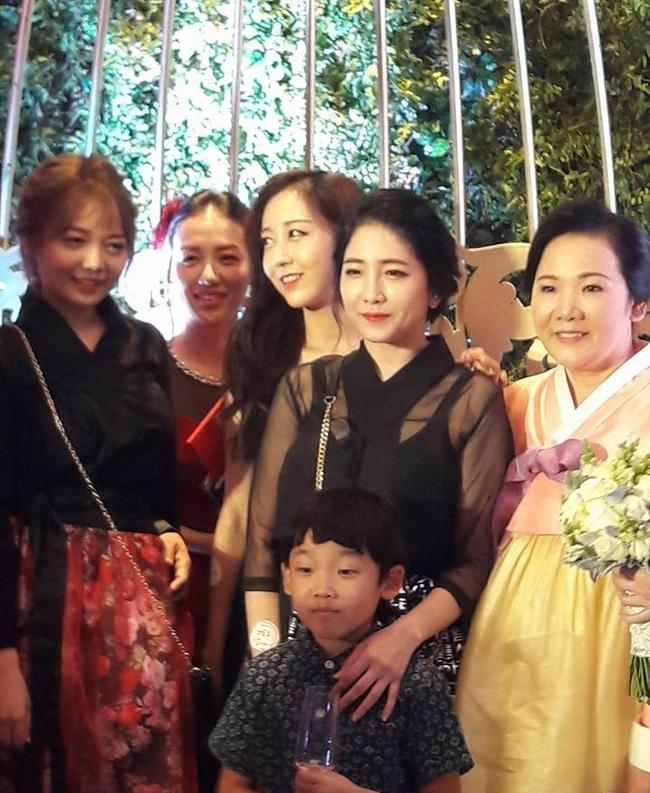 Cận cảnh nhan sắc cô em ruột kín tiếng xinh đẹp không kém Hari Won - Ảnh 25.